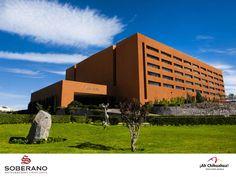 En el HOTEL SOBERANO CHIHUAHUA, contamos la categoría Gran Turismo y ofrecemos a nuestros huéspedes servicios de la mejor calidad en la Ciudad de Chihuahua. Contamos con 204 amplias habitaciones, con esplendidas vistas a la ciudad y todos los servicios que usted necesita. Estamos ubicados a 15 minutos del Centro Histórico y a 20 minutos del Aeropuerto. Venga a conocer este  estupendo Hotel. Informes y reservaciones al teléfono en México 01 800 711 4099 y USA 1 800 363 5997…