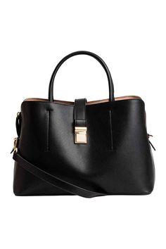 Handtasche : Handtasche aus geprägtem Lederimitat mit zwei Tragegriffen und schmalem, abnehmbarem Schulterriemen. Die Tasche hat zwei ungefütterte Aussenfächer und oben ein gefüttertes Reissverschlussfach. Ein Riegel mit Metallschnalle dient als Verschluss. Boden mit Nieten. Grösse 15x21x34 cm.