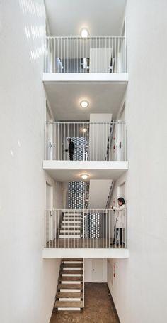 """韓国のソウル市をベースにしたOBBA(Office of Beyond Boundaries Architecture)による""""Beyond the Screen"""" のプロジェクトは、住宅密集地の中の限られたスペースの中で、コンパクトながらも空間の豊かさに囲まれながらの生活を楽しめるような共同住宅に仕上がっている。"""