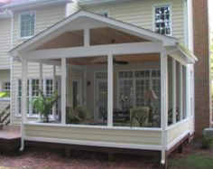 Awesome deck skirting ideas perfect for your home! Deck Skirting Ideas - Exactly what is deck skirting precisely? Deck skirting is a material connected to support post and also boards listed below a deck. Screened Porch Designs, Screened In Deck, Screened Porches, Screened Porch Decorating, Enclosed Porches, Cabin Porches, Covered Porches, Back Patio, Backyard Patio
