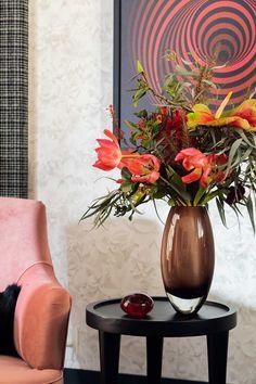 Decoração, detalhes da decoração, com poltrona rosa, com vaso Cristais Cá d'Oro com flores, com luminária de chão, quadro.    #decoracao #decor #casadevalentina