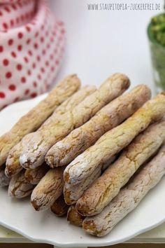 Wenn du das Snacken liebst, dann solltest du unbedingt mal diese Low Carb Brotsticks ausprobieren. Sie sind perfekt, wenn du das Naschen von Dips gerne magst. Auch als Vorspeise, zum Grillen oder Snack für Zwischendurch passen die Low Carb Brotsticks einfach perfekt. Ein Low Carb Brotrezept, das sich wirklich vielseitig einsetzen lässt und das ich keinesfalls mehr missen möchte. #lowcarb #brot #rezept
