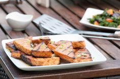 Encore une recette niaiseuse! Cette recette de tofu se sert à l'année, mais étirons la saison du barbecue: c'est encore meilleur.