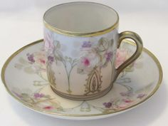Online antique and vintage boutique offering an assortment of glassware, home decor,  jewelry, books and more.