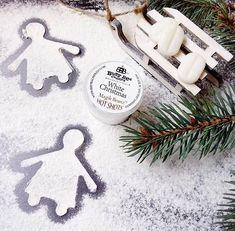 Hľadáte typickú vianočnú vôňu? 🎄 Potom siahnite po vôňi White Christmas ❄️ Nádherná zmes borovice, jabĺk, čučoriedok, škorice, cezmíny a náznaku vanilky 🔥 Vychutnajte si útulné zimné večery so svojimi blízkymi s touto dokonalou vôňou ♥️ #kouzlokoupele White Christmas