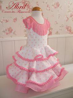 Vestido blanco con lunares rosa y cancan rosa.