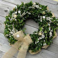 Velikonoční+věnec+-+Přírodní+buxus+s+jutou+II.+Velikonoční+věneček,kombinace+buxusu+a+juty,+zdobený+jutovou+stuhou,+kočičkami,+kvítky,+vajíčky+Průměr+věnce+je+38cm. Easter Wreaths, Christmas Wreaths, Buxus, Succulents, Seasons, Holiday Decor, Spring, Diy, Home Decor