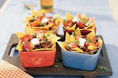 YUMMIE: 250 g rundergehakt g taco seasoningmix (zakje à 35 g) 150 g tortillachips naturel 4 tomaten 4 stoneleeks (zakje à 8 stuks) 150 g geraspte kaas 125 ml zure room Diner Recipes, Mexican Food Recipes, Cooking Recipes, Healthy Recipes, Snacks Für Party, Appetizers For Party, Appetizer Recipes, High Tea, Dips