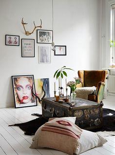 malle + fauteuil, poufs, coussins + cadres + bougies, fleurs