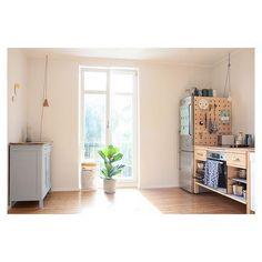 Good morning lovely sunny kitchen. #kitchen #interior #interiordesign #ikea #värde #modulküche #oldcabinet #paleblue #pegboard #selfmade #zuhausebeiswantantje