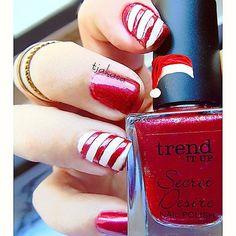 #tjakasasnails #secretdesire #tiu #dmdrogerie #trenditup #nagellacksucht #nagellackliebe  #essie #nagellack #nageldesign #nailart #naildesign #nailsart #cutenails #naturalnails #christmasnails #essiedeutschland #red #rot #christmas #stripes #glitternails #glitzer #nails #beauty