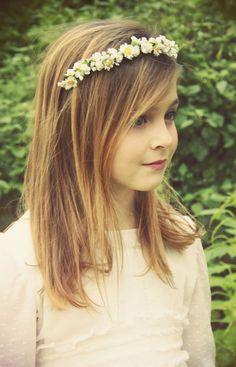 Las flores en el cabello las hace ver románticas