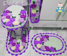 Jogo de Banheiro, com 4 peças, sendo:  1 tampa do vaso: 39cm x 45cm (s/ o bico)  1 tapete do vaso 43cm x 62cm.  1 tapete: 47cm x 69cm.  1 porta papel higiênico 15cm x 57cm.    - Fazemos com as cores de sua preferência!