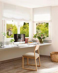 Y con una simple balda volada, este ventanal se convirtió en un luminoso estudio. ¿Quieres ver más ideas geniales de cómo sacar partido a las ventanas? Todo en la web