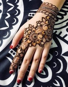 Check the latest mehndi designs 2020 simple and easy for hands, we have collected the most beautiful and decent henna design for hand, you never seen before Henna Tattoo Designs Simple, Floral Henna Designs, Back Hand Mehndi Designs, Full Hand Mehndi Designs, Mehndi Designs For Beginners, Modern Mehndi Designs, Mehndi Design Pictures, Mehndi Designs For Fingers, Dulhan Mehndi Designs