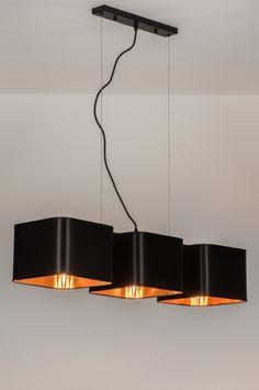 Artikel 72320 Schitterende hanglamp met 3 kapjes, uitgevoerd in een fraaie, zwarte satijnglans gecombineerd met de kleur goud. Deze lamp valt op door de rijke en warme uitstraling. Ondanks de zwarte kleur brengt deze lamp zeker sfeer toe aan menig interieur. De binnenzijde van de kappen hebben een warme, gouden kleur en is voorzien van een hoogglans afwerking. https://www.rietveldlicht.nl/artikel/hanglamp-72320-modern-eigentijds_klassiek-landelijk-rustiek-goud-zwart-stof-vierkant-langwerpig