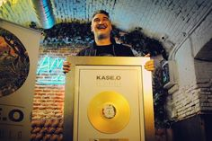 """Pues resulta que """"El Círculo"""" de Kase.O ha sido premiado con un disco de oro por superar las 20.000 copias vendidas. En un mes y medio y con los tiempos que corren! Me siento contento por él y agradecido de haber podido participar produciendo en un proyecto de tal proyección y difusión. Ole!  #elcirculo #kaseo #rap #hiphop #rapespañol #hiphopespañol #produccion #beatmaking #musicaurbana #musica #bighozone"""