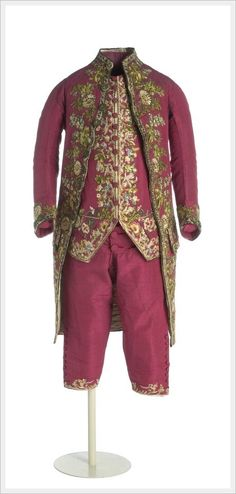 Gentleman's suit from Spain Silk taffeta trimmed with embroidery and applied in polychrome silks. The jacket, knee-length pleated on the sides and open back. The long sleeve shaped elbow and back decorated with covered buttons. (c) Museo del Traje Vintage Outfits, Vintage Dresses, Vintage Fashion, Vintage Clothing, 18th Century Clothing, 18th Century Fashion, Vintage Mode, Vintage Glam, Historical Costume