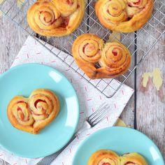 Deze harten croissants zijn perfect voor het Valentijns ontbijt! Breng jij jouw lover een ontbijtje op bed met zelfgemaakte harten croissants?