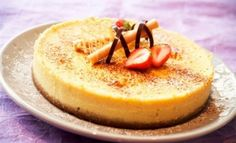 Norwegian: cheese cake with white chocolate and strawberry coulis Pudding Desserts, Cookie Desserts, White Chocolate Cheesecake, Cheesecakes, Camembert Cheese, Deserts, Goodies, Strawberry, Eat