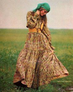 Vogue pattern The lovely boho look. Gypsy Style, Boho Gypsy, Hippie Style, Bohemian Style, Boho Chic, 70s Style, Hippie Bohemian, Vintage Bohemian, Seventies Fashion