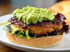Aprende a cocinar las más deliciosas hamburguesas de quinoa o quinua, uno de los cereales más saludables y nutritivos de la actualidad. Gracias a este súper alimento prepara las mejores hamburguesas aptas para veganos, vegetarianos y celiacos.