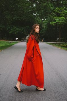 Red Long Coat looks so sharp! All About Fashion, Love Fashion, Fashion Outfits, Fashion Design, Mantel Outfit, Looks Cool, Sophisticated Style, Mode Inspiration, Trends