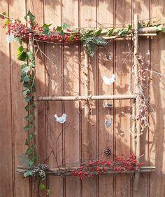 van houten stokken een raamwerkje maken en je kunt er zelf van alles inhangen