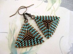 Beadwoven hermoso, pendientes de peyote! Hecho de perlas delica japonesa en marrón y turquesa. Los lados del triángulo son 1(2, 6cm) largo, el pendiente todo es de 1.3/4 (4, 5cm) largo de la parte superior de la hippy. Su elección de los cables oído antiguos de cobre o plata. Compruebe hacia fuera mis cuentas pendientes en diferentes estilos, diseños y colores: http://www.etsy.com/shop/MadeByKatarina?section_id=6203080 Si tienes alguna duda, comuníquese conmigo. Gracias por mirar y tenga...
