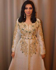 Robe Dubai - Robe Marocaine Caftan 2019 Pas Cher - Caftan Marocain Paris : Boutique Vente Caftan Luxe Pas Cher Morrocan Dress, Moroccan Bride, Moroccan Caftan, Modest Fashion, Fashion Dresses, Arabic Dress, Oriental Dress, New Blouse Designs, Arab Fashion
