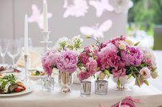 #Tischdekoration - lockere Blumenarrangements (mit Pfingstrosen) in Bauernsilber