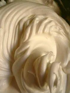 Falso chantilly: bater água e leite em pó bem gelados.