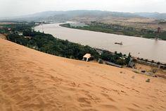 Le Fleuve jaune (Photo : Adeline Cassier sur Chinopsis).  Le Fleuve Juaune est le deuxième fleuve de Chine (5464km). Sa couleur et son nom caractéristiques viennent de sa turbidité : il transporte des alluvions qui vont se déposer et fertiliser les plaines du Nord de la Chine.