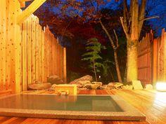 2014年11月にオープンした離れ。写真は露天風呂付きメゾネット客室「石楠花」に備わる露天風呂。