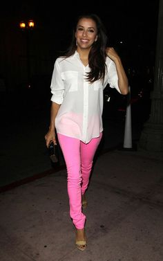 Eva Longoria in a pair of mouthwatering pink jeans! I love the juicy pink colour and the casual white shirt.