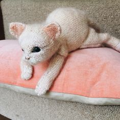 Best 12 Ravelry: Kitten pattern by Claire Garland – SkillOfKing. Kittens Cutest, Cute Cats, Craft Projects, Projects To Try, Craft Ideas, Cat Pattern, Stockinette, Softies, Knit Patterns