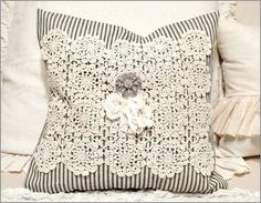 Almofada de tecido com crochê