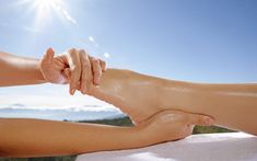 Reflexology is a therapeutic method of relieving pain by stimulating predefined pressure points on the feet, hands, and ears. Health Articles, Health Tips, Health And Wellness, Sleep Therapy, Massage Therapy, Physical Stress, Stress And Anxiety, Foot Reflexology Benefits, Blue Sky Background