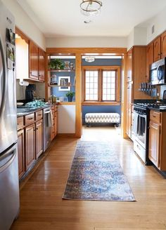Trendy Kitchen Colors With Oak Cabinets Paint Apartment Therapy Ideas Honey Oak Cabinets, Oak Kitchen Cabinets, Built In Cabinets, Kitchen Walls, Room Kitchen, Kitchen Corner, Kitchen Backsplash, White Oak Kitchen, New Kitchen