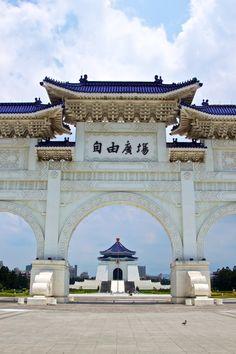 Salón conmemorativo de Chiang Kai-Shek, Taipei, Taiwán, República de China .... goofing de la clase que zanja que explora los jardines cerca de este parque