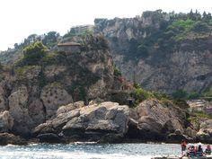 Taormina (ME) - la celebre casa privata mimetizzata tra rocce e natura sull'Isola Bella, percorsa verticalmente da un acensore e circondata da specie botaniche rare | da Lorenzo Sturiale