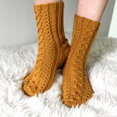 Septembers socks -woolsocks, knitting, mypattern, free finnish pattern, pretty cables