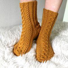 Septembers socks -woolsocks, knitting, mypattern, free finnish pattern, pretty cables