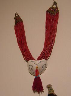 Alt Konyak Nagaland Halskette, Nordostindien, Jahrgang, ausgezeichnetem Zustand hängt 16 Zoll lang vom Verschluss nach unten der Shell.  Ich kaufte dieses Stück als Teil einer Sammlung vor etwa 20 Jahren und es ist seither auf meiner Shop-Wand.