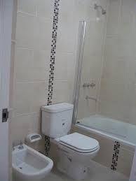 Modern shower marble a glass mosaic wall bathroom for Revestimiento venecitas para banos