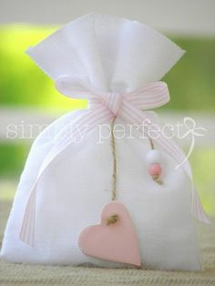 Presentation ideas for favors. Wedding Favors, Party Favors, Favours, Sewing Projects, Projects To Try, Diy Cadeau, Lavender Bags, Communion, Gift Packaging
