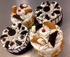 Oreo cake or cannoli cake? What's calling out to you?! #carlosbakery