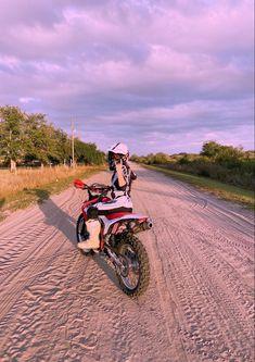 Motorcycle Dirt Bike, Dirt Bike Girl, Motocross Girls, Dirtbikes, Biker Girl, Bike Life, Senior Pictures, Motorbikes, Instagram Story