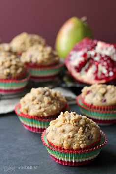 Skinny Pomegranate Pear Muffins with Ginger Oat Streusel - Baking A Moment Easy No Bake Desserts, Best Dessert Recipes, Easy Desserts, Delicious Desserts, Sweet Desserts, Yummy Treats, Sweet Treats, Pear Muffins, Cheesecake Desserts