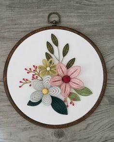 Inspiration from her beautiful embroidery @cinderandhoney . . quilling flowers #quilling#paperquilling #quillingflowers #quillingart#papercrafts #paperart#paperflowers #handmade#hoopart #종이감기#종이감기공예#종이감기꽃#종이공예#종이꽃#핸드메이드#クイリング#ペーパークラフト#手作り